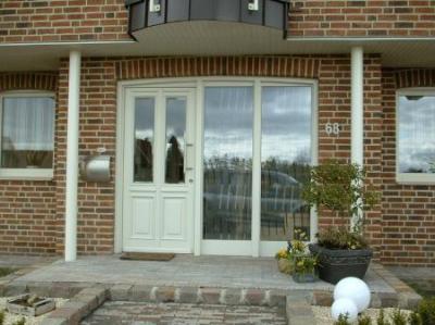 Haustür mit Fensterfront