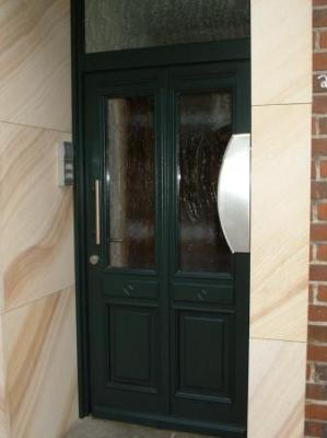 Haustür aus Holz mit Oberlicht