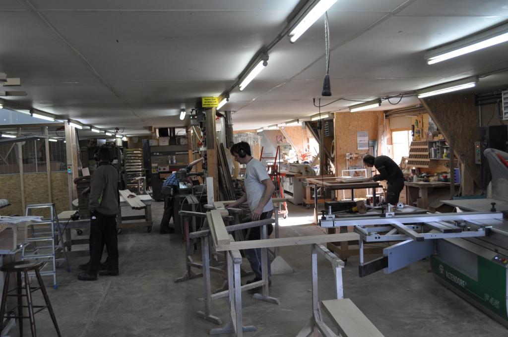 Ein Mitarbeiterteam im Einsatz in der Werkstatt bei der Fertigung