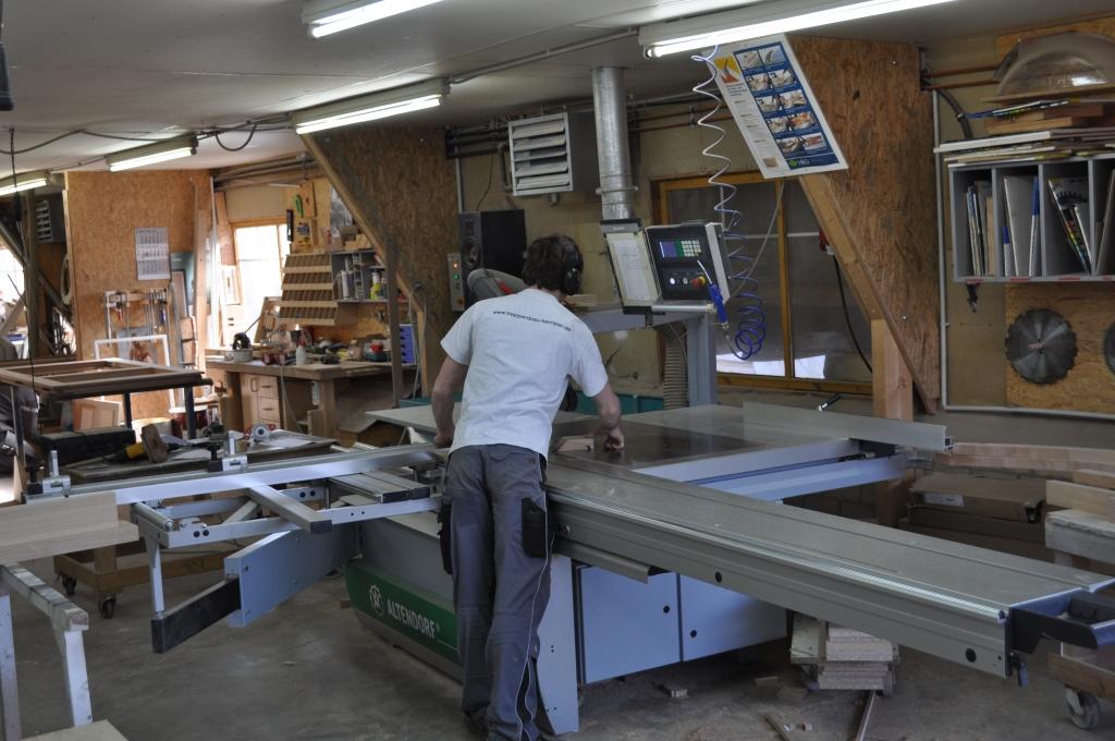 Ein Mitarbeiter der O. Kemper GmbH aus Südlohn im Einsatz beim modernen Maschinenpark